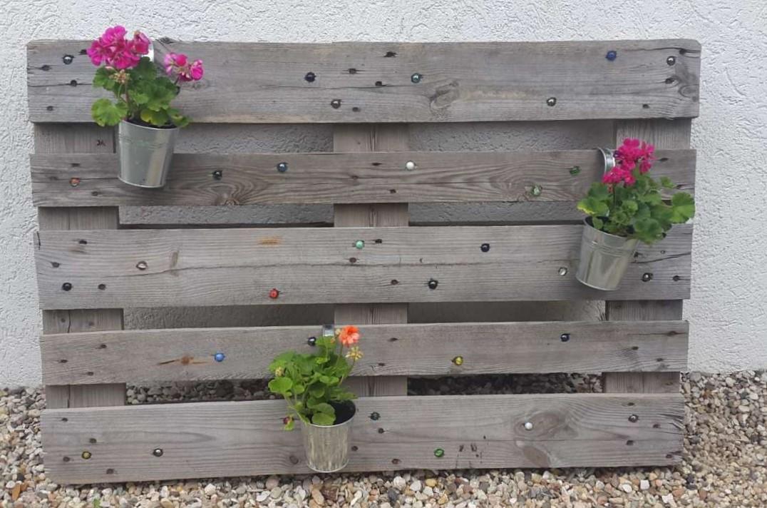 Eine Blumenpalette mitGlasmurmeln