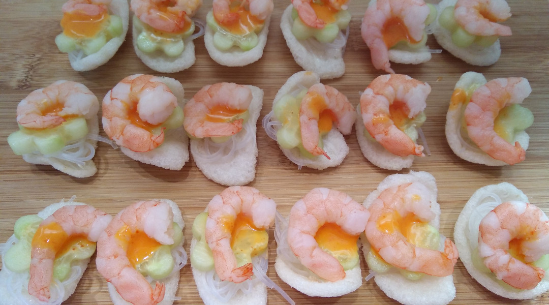 kleine asiatische Vorspeise mitKrabbenchips
